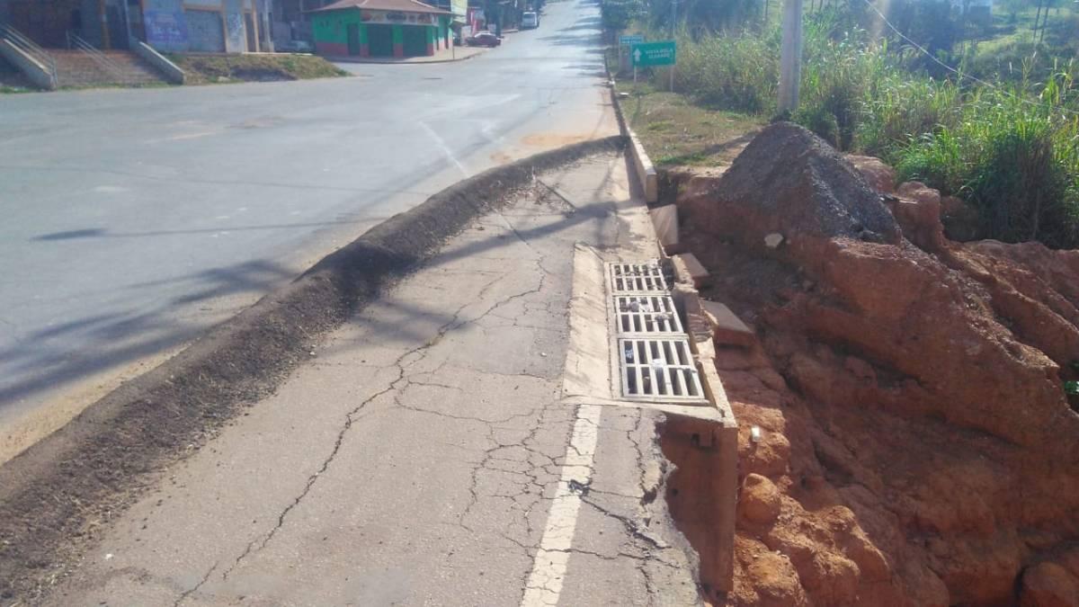 Sem manutenção, cratera aberta em Igarapé completa oito meses e coloca motoristas em risco